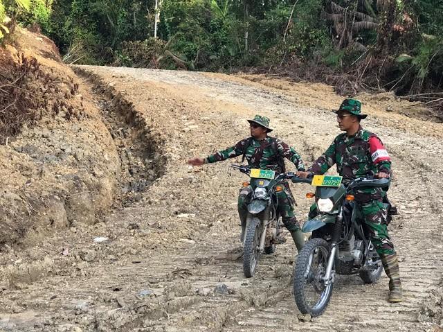 Dansatgas TMMD Mentawai Cek Progress Pembangunan Badan Jalan Di Desa Bukit Pamewa